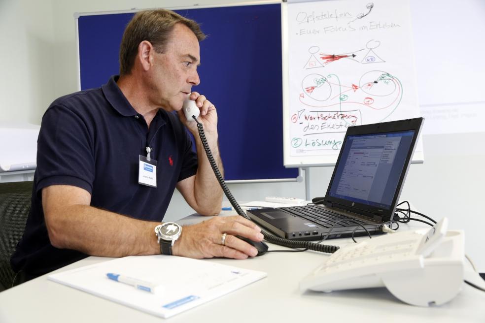 Ein Mann sitzt am Schreibtisch und telefoniert. Foto: WR / Stefan Stemmer